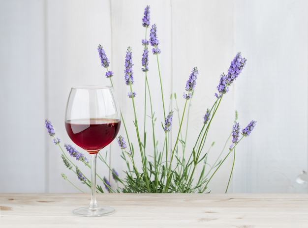 Бокал вина с кустом лаванды Бесплатные Фотографии