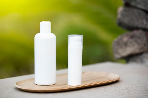 Белая пустая труба по уходу за кожей на бамбуковой тарелке Бесплатные Фотографии