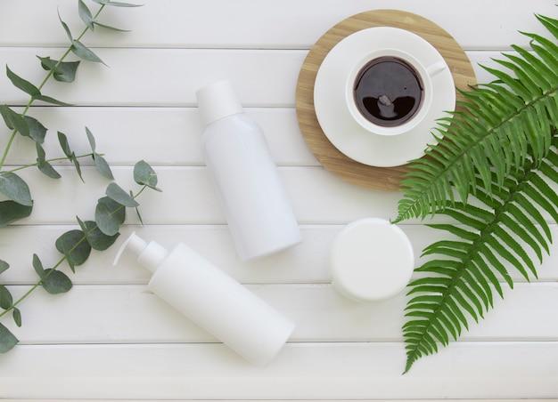 自然派化粧品と明るい背景にユーカリの葉 無料写真