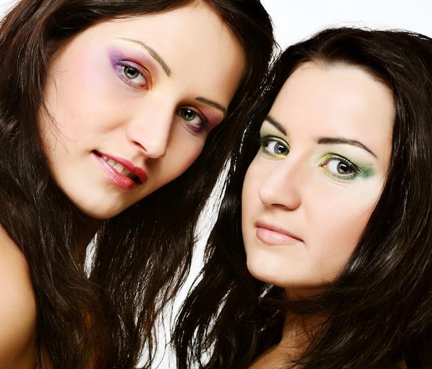 Две подруги вместе улыбаются Premium Фотографии
