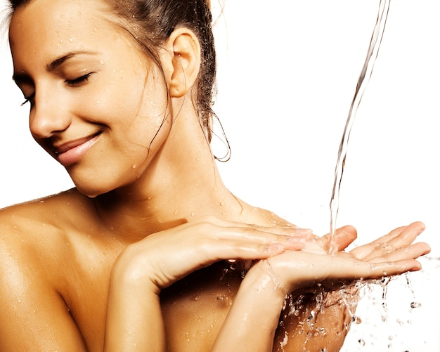 Женщина с каплями воды на ее чистом лице Premium Фотографии