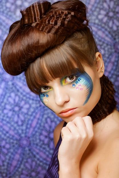カラフルなスタイリッシュな化粧品で美しい女性 Premium写真