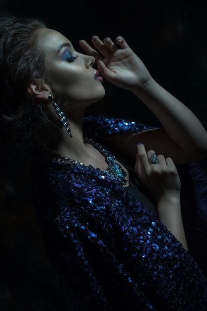 グラマーファッション女性の肖像画 Premium写真
