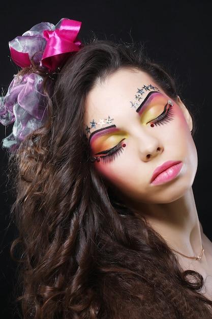 芸術的なメイクアップと美しい女性 Premium写真