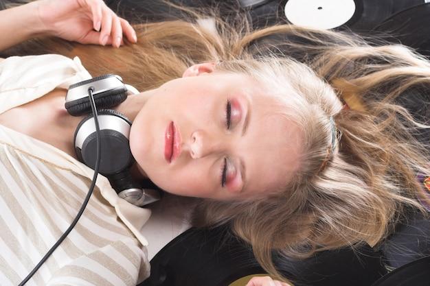 音楽の魔法、若い女性の写真 Premium写真