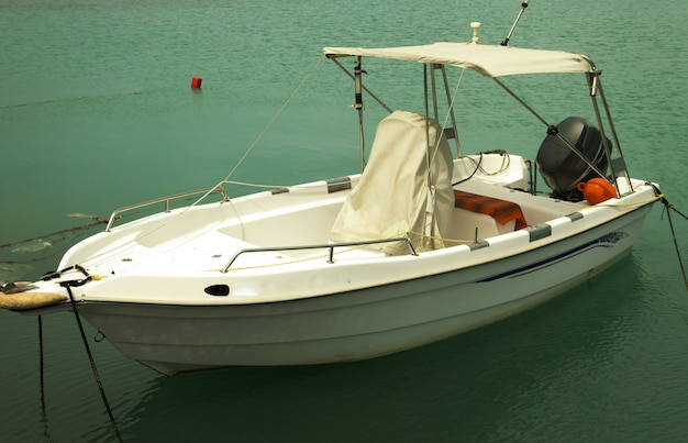 Рыбацкие лодки пришвартованы в порту в городе занте, греция Premium Фотографии