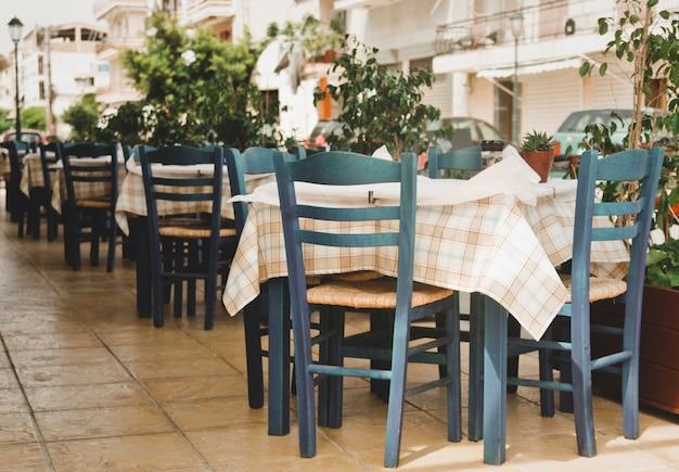 Синие стулья на греческом кафе Premium Фотографии