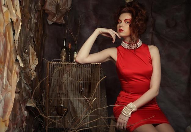 赤いドレスの若い女性 Premium写真
