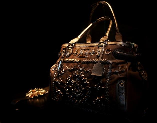 ショーウィンドウで公開されているハンドバッグの写真 Premium写真