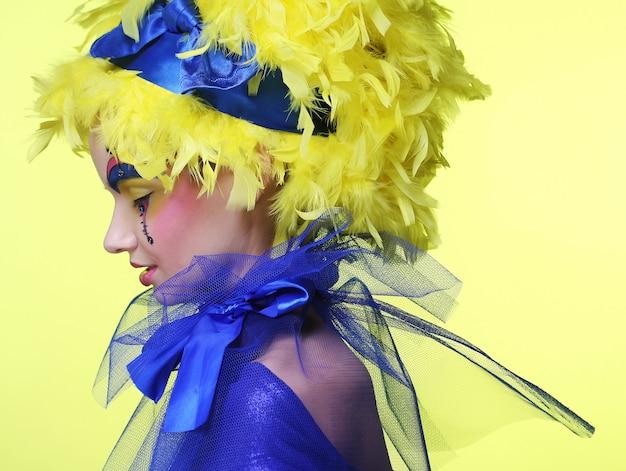 黄色のかつらの羽を持つ女性 Premium写真