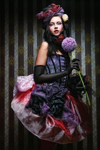 花と人形スタイルで創造的なメイクを持つ女性 Premium写真