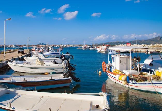 Вид на порт в закинфе, греция Premium Фотографии