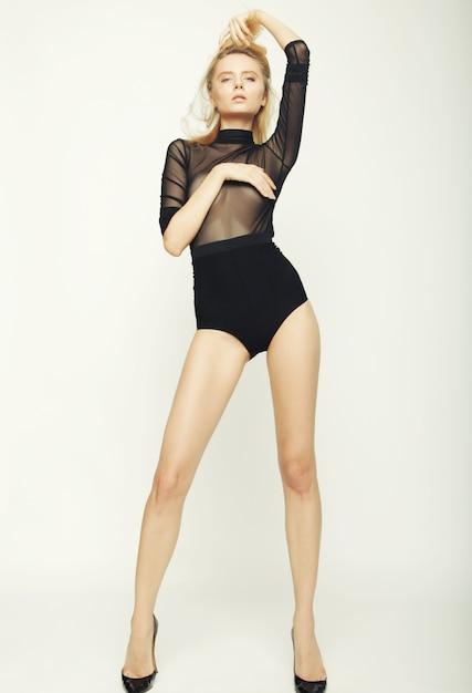 完璧なスリムなボディを持つファッションモデルの女性 Premium写真