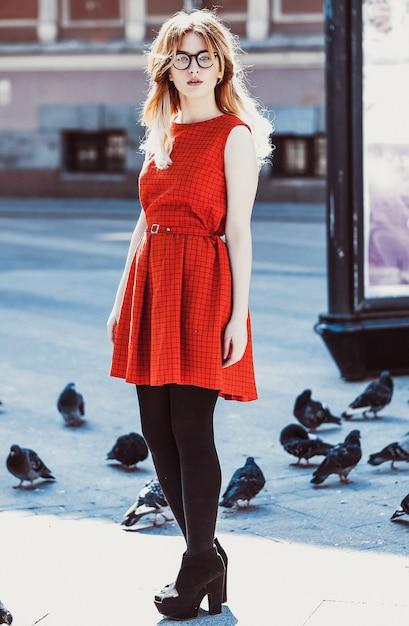 赤いドレスを着ている流行に敏感な若い女性 Premium写真