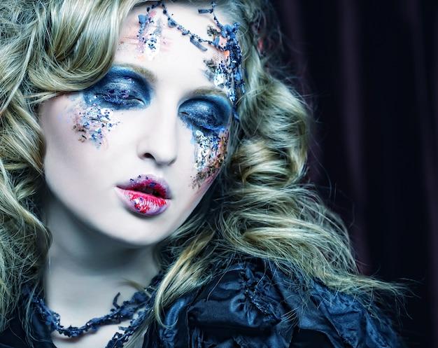 Женщина с творческим макияжем. хэллоуин тема Premium Фотографии