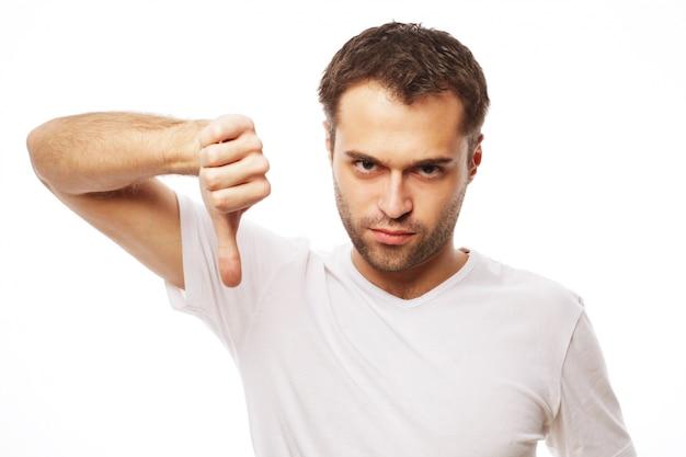 親指を下にしてカジュアルな若者 Premium写真