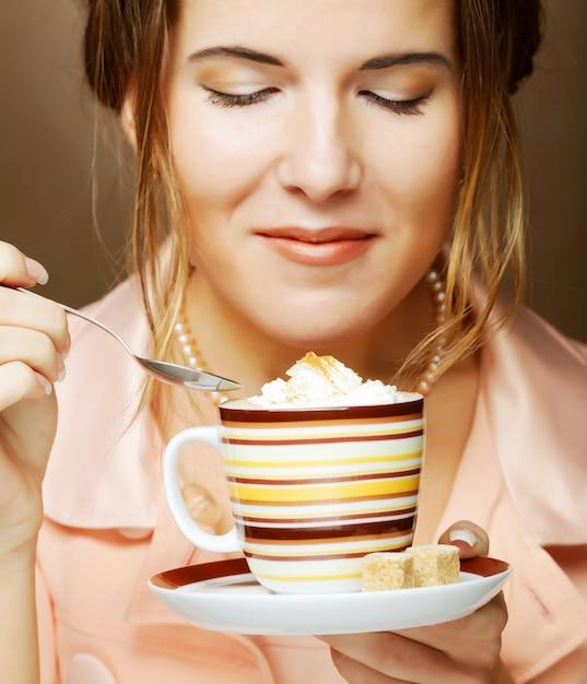 Женщина пьет кофе. студийный снимок. Premium Фотографии