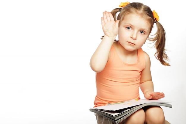 白を描く少女 Premium写真