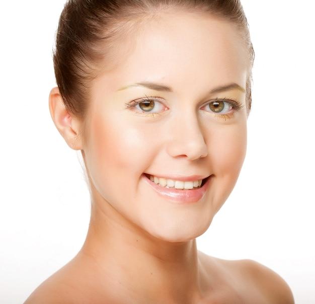 顔の健康肌を持つ若い成人女性の肖像画 Premium写真