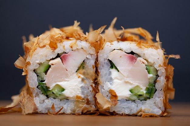 チキン、チーズ、キュウリの巻き寿司。 Premium写真