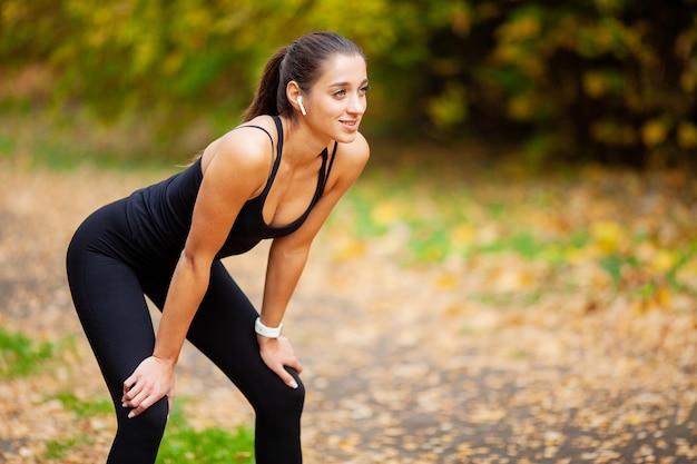 Фитнес. женщина делает упражнения на улице Premium Фотографии
