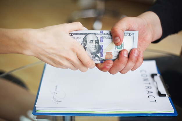 破損企業のビジネススパイ違法概念 Premium写真