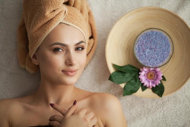 マッサージサロンでの女性の頭をマッサージしています。 Premium写真
