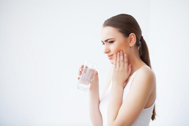 歯の痛み、デンタルケアと歯痛、歯の痛みを感じる女性 Premium写真