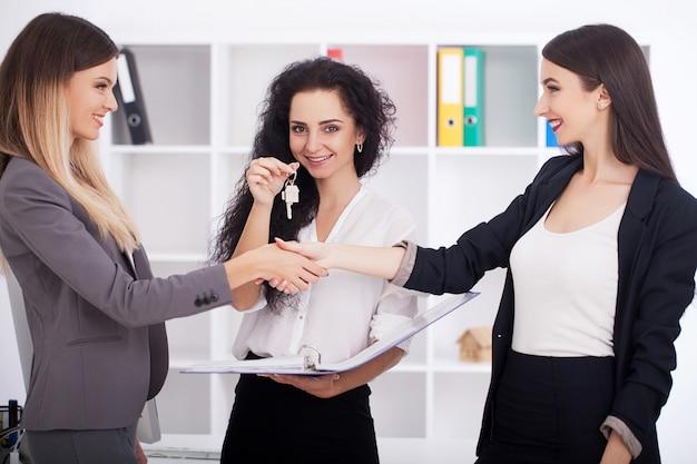 オフィスやトレーニングの同僚でプレゼンテーションを作る男 Premium写真