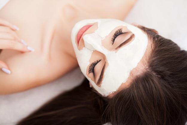 フェイシャルマスクを受ける女性のための温泉療法 Premium写真