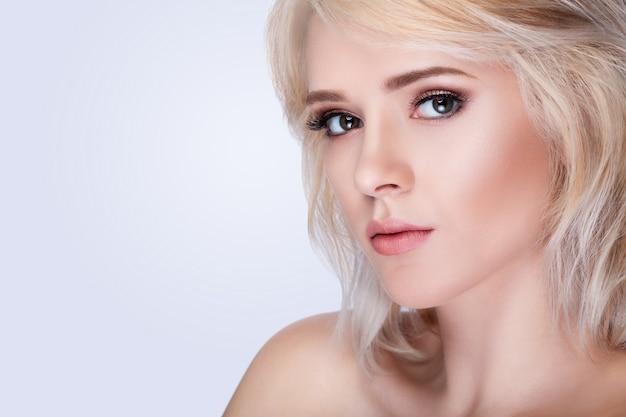 Красивая женщина лицо портрет Premium Фотографии