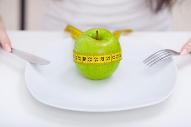ダイエット、アップル、皿の上のセンチメートル、健康的な食事 Premium写真