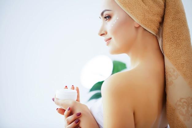 美しさとケア、純粋な肌と頭の上にタオルを持つ女性 Premium写真