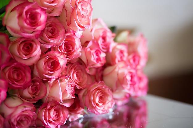 バレンタインや母の日のピンクのバラ Premium写真