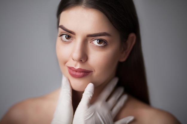 美容トリートメントと美しい若い女性の顔の肖像 Premium写真