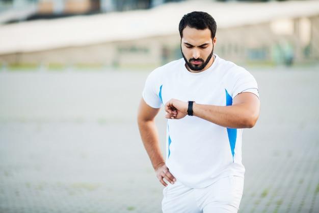 フィットネス。都市通りで実行した後疲れた男ランナーの残り Premium写真