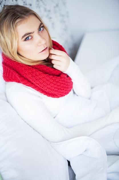 Высокая температура. больная женщина сидит под одеялом Premium Фотографии