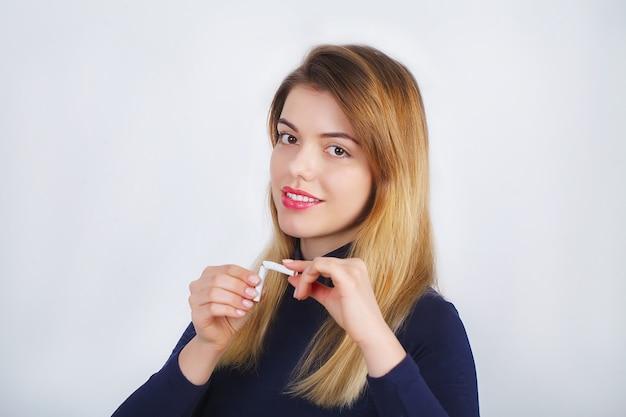 壊れたタバコを保持している美しい女性 Premium写真