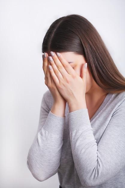 痛みの女性。歯痛を感じる美少女 Premium写真