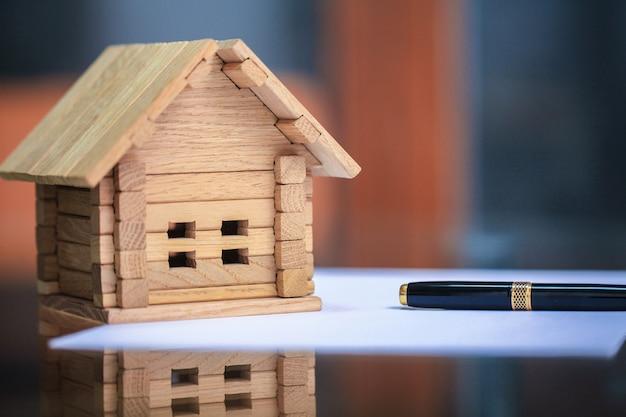 構築ツールで家の青写真のクローズアップ Premium写真
