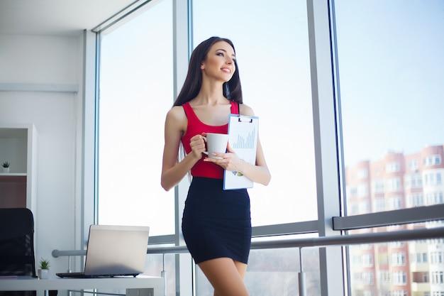 社会人。オフィスの女性の肖像画 Premium写真