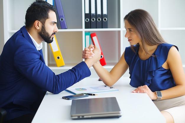 男と女が敵対的な表情でお互いを見つめています。 Premium写真