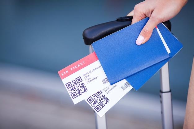 Паспорта и билеты на рейс на руки женщины Premium Фотографии