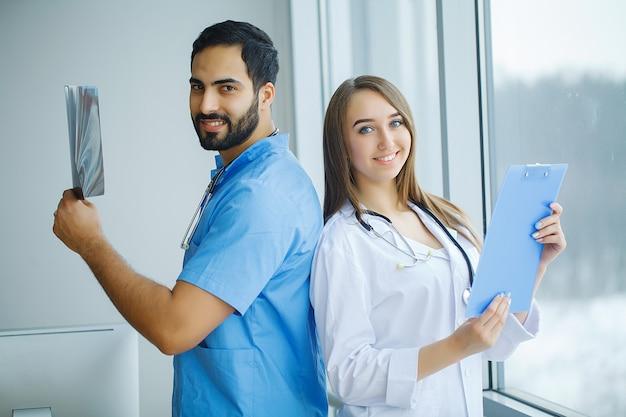 病院で一緒に働く医療従事者のグループ Premium写真