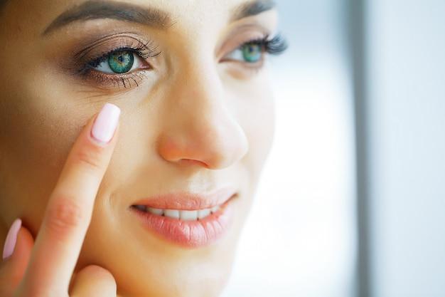 緑色の目とコンタクトレンズを持つ美しい女性の肖像画。 Premium写真