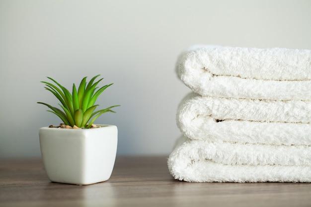 スパ、スパ浴室で使用する白い綿タオル。 Premium写真