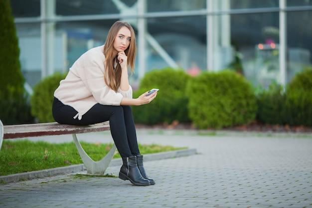 Женский стресс. портрет запуганной девушки, чувствующей себя одинокой и обеспокоенной Premium Фотографии