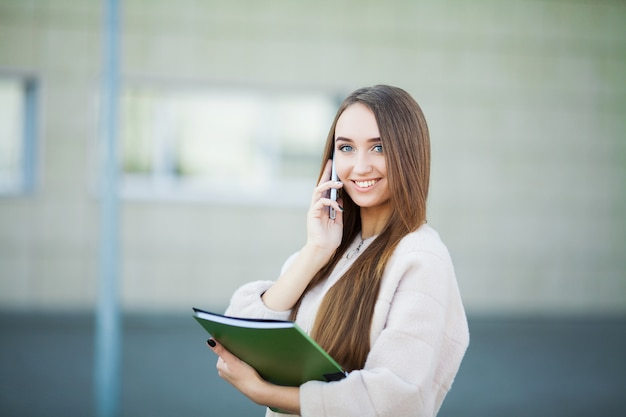 リヴィウの街並みで携帯電話で話している実業家 Premium写真