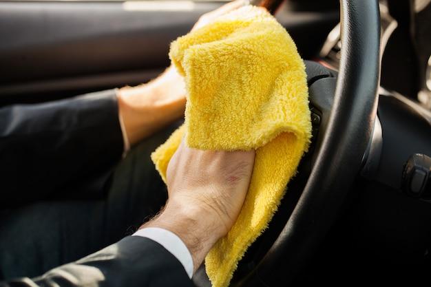 車を掃除します。車の清掃と研磨用のマイクロファイバー Premium写真