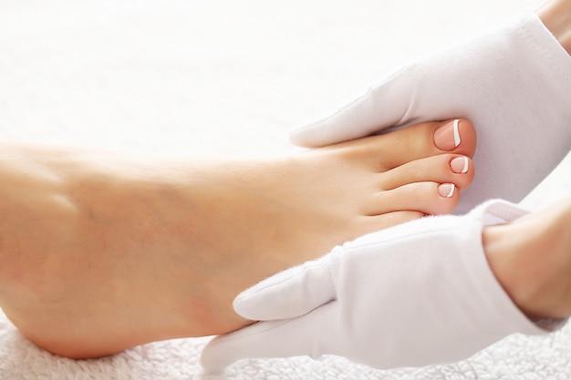 Ухоженные женские ступни в процедуре спа-педикюра Premium Фотографии